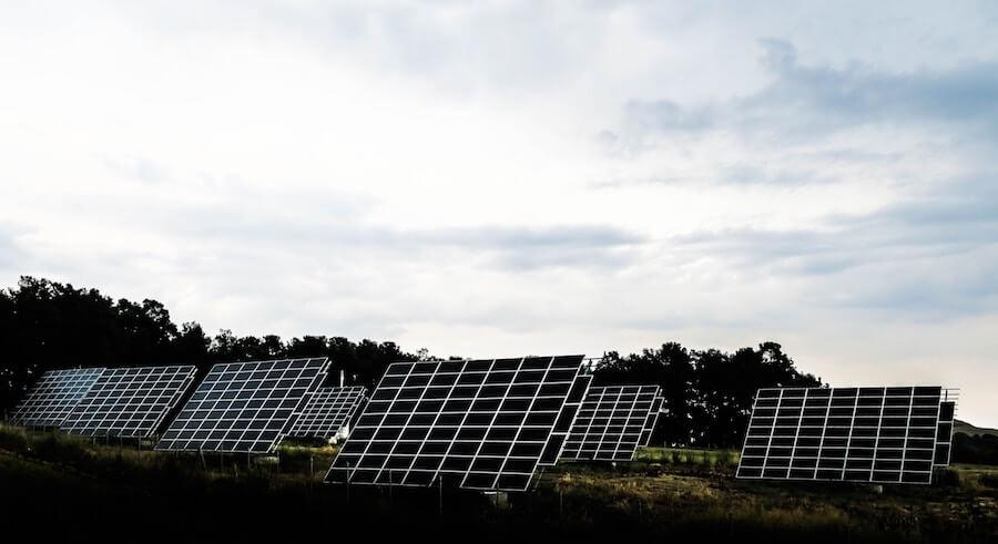Paneles solares: ejemplo de energía renovable que permite ahorrar en la factura eléctrica