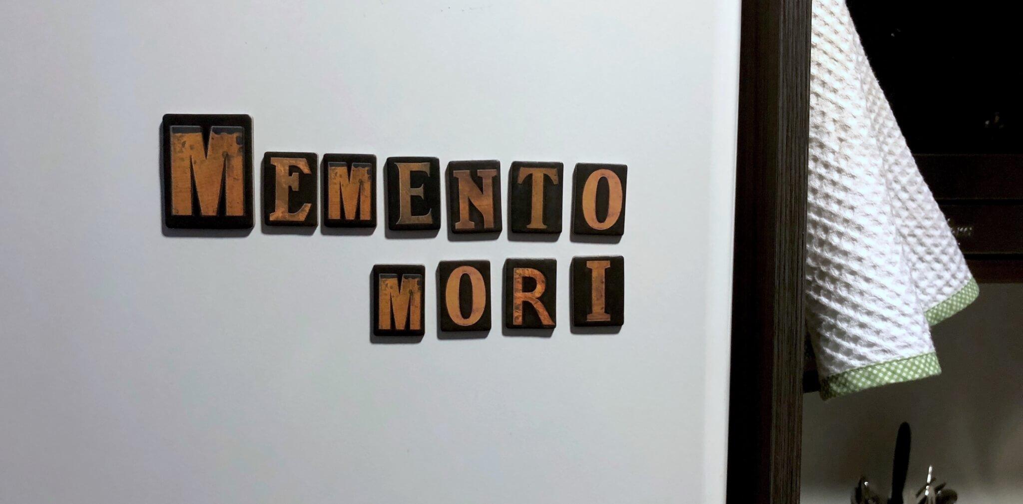 Imagen de unos imanes forman las palabras Memento mori