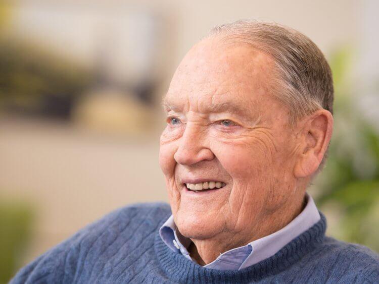 John C. Bogle de mayor sonriendo